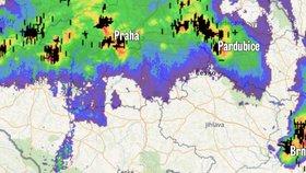 Silná bouřka s kroupami bičovala naráz Prahu, Brno i Pardubice. Sledujte radar
