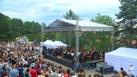 Hlava na hlavě na Stalinu: Symfonický orchestr rozezněl Letnou