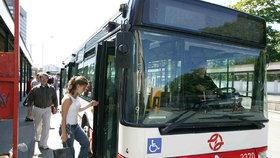V Praze kolabuje doprava: Nejezdí metro a autobusy váznou v dlouhých kolonách