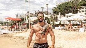 To je pohled! Václav Noid Bárta se na pláži chlubí napumpovanými svaly