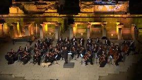 Nečekaná hvězda festivalu: Pejsek přišel na jeviště během vystoupení orchestru!