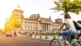 Přijeli z Číny hajlovat před berlínský Reichstag: Dvojici turistů zatkla policie