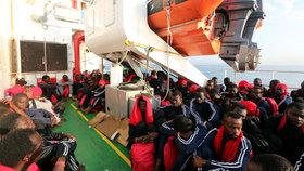 Pohroma u pobřeží Libye: Ztroskotala loď se 100 migranty, přežilo jich 14