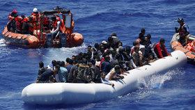 Italové vytáhli z moře 1400 uprchlíků. Do Evropy plulo 10 přeplněných člunů