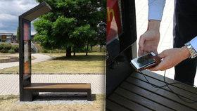 Chytrou lavičku mají už i v Modřanech. Nabije telefon, poskytne wi-fi