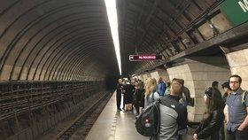 Na nástupišti metra A Muzeum už nevystoupíte. Opravy stanice potrvají přes rok