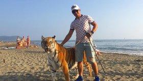 Cirkusák vyrazil na pláž s tygrem. Není agresivní, hájí reklamu