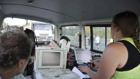 Po Libeňském mostě jezdí dva čtyřicetitunové náklaďáky: Testují jeho stabilitu