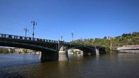Oprava trati na Čechově mostě: Omezení se dotkne tramvají i aut