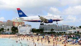 Turistka na pláži v Karibiku byla moc zvědavá. Zemřela při pohledu na letadlo