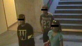 Mladík zbil a okradl kolemjdoucího, kamarádi ho přitom natáčeli: Policie partičku zadržela