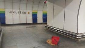 Na nástupiště metra Hloubětín teče voda. Opravit problém je obtížné