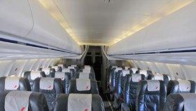 Opilá žena mužům v letadle nabízela sex: Pak pokousala letušku a jednoho z cestujících!