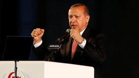 Turci rok po zmařeném puči zatkli 115 lidí: Novináře i porodní asistentky