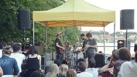Koncerty na Vltavě zdarma. Lidé pozorují umělce z mostu i šlapadel