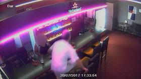 Lupič napadl obsluhu herny. Ženu táhl za vlasy, ukradl 20 tisíc