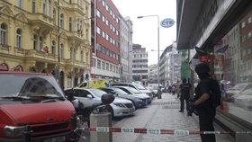 Zemřel lupič, který přepadl obchod se zbraněmi: Bodnul do krku prodavače, majitelka ho postřelila