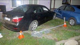 Noční jízda z pivních slavností: Mladík v BMW v Přerově demoloval auta, domy i stromy