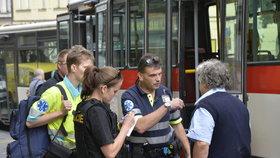 Cyklista dal autobusákovi pěstí: Naštvalo ho, že na něj zatroubil