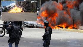 Policisty na motorkách smetla exploze: Ohnivé peklo a válka v ulicích Caracasu