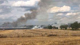 Na Kolínsku hořelo pole: Na místo vyjely desítky hasičů, pomáhal i vrtulník