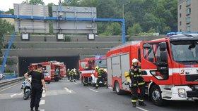 Nehoda uzavřela tunel Mrázovka směrem na Strahov. Tvořily se kolony