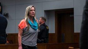 Žena (38) souložila se dvěma nezletilými hochy. Hrozí jí až 15 let vězení