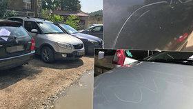 Na Smíchově řádil vandal: Poškrábal 43 zaparkovaných aut