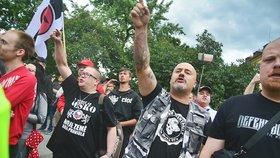 """""""Ku*vy, táhněte!"""" Neonacisté číhali na pochod Prague Pride s nadávkami a vejci"""