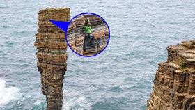 Úžasné fotografie! Čtyři horolezci se rozhodli zdolat skálu uprostřed oceánu
