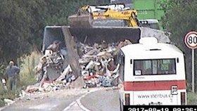 Nákladní auto na Českobrodské skončilo na boku: Náklad se vysypal na silnici