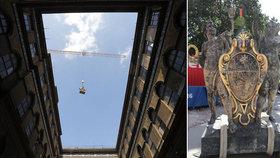 Do Národního muzea se sneslo sousoší Géniů: »Domů« se vrátilo po 11 letech