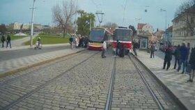 Nervy drásající záběry natočila řidička tramvaje: Chodci skáčou pod kola, řidiči nedávají pozor