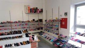 Zátah celníků v tržnici v Malešicích  Zabavili 11 tisíc párů bot 103ed25123