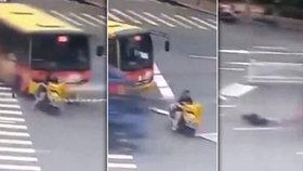 Žena na skútru zázrakem přežila dvě autonehody během několika sekund