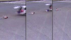 Rodiče zavřeli děti do kufru auta: Za jízdy vypadly!