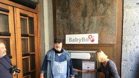 Radši by viděl miminka v popelnici? Vandal nepochopitelně opět zničil babybox v Karlových Varech