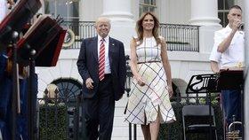 Trapas: Trump oslavoval americkou výrobu, sdílel ale fotku Melanie v italských šatech