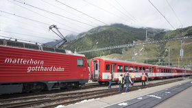 Ve Švýcarsku do sebe vletěly dva vlaky. Na místě je nejméně 30 zraněných