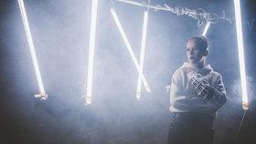 Prachařová natočila první videoklip. S písní Heart of Gold jí pomáhal i Burian