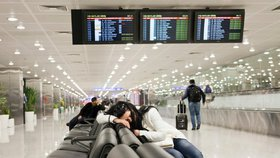 """Češi jsou už 3 noci """"uvěznění"""" na letišti v Dubaji. Nemohou domů, spí na podlaze"""
