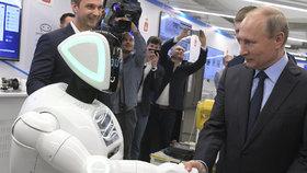 """Putin si potřásl rukou se """"zlobivým"""" robotem. Utekl z laboratoře a byl i na demonstraci"""