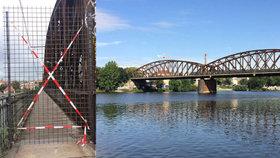 Lávky železničního mostu u Výtoně jsou v havarijním stavu: TSK je uzavřela