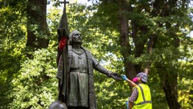 Vandalové natřeli Kolumbově soše ruce na červeno. Připsali i vzkaz o nenávisti