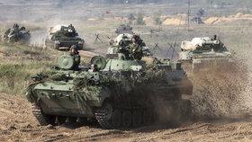"""Rusové s Bělorusy cvičí, jak odrazit """"agresivní Západ"""". Vystrašili sousedy"""