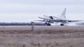 Ruský bombardér při cvičení vyjel z dráhy, je neopravitelně poškozený