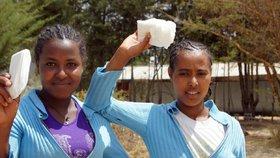 Dívky v Africe nechodí při menstruaci do školy. Změnit to mají vložky ze stébel