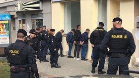 V mercedesu jelo sedm cizinců: Policie muže prověřila, šest z nich nemělo doklady