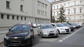Modré parkovací zóny přemalovali! Obyvatelé si stěžují: Platím 1200 Kč, u domu nezaparkuji!