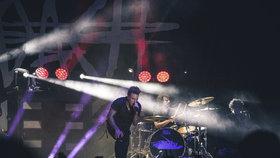 Každý máme své démony. Americká kapela Papa Roach v Praze vzpomínala na Chestera z Linkin Park